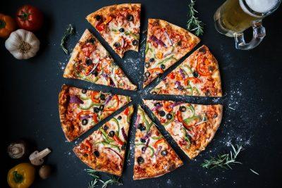 Una pizza divisa in 8 spicchi
